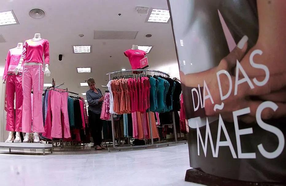 Quase 80% do valor desembolsado pelo perfume importado, por exemplo, se refere a impostos (PIS, Cofins, ICMS, IPI e outros); os nacionais têm carga tributária de 69,13%; data é a segunda mais importante para vendas no varejo – Foto: Celso Junior